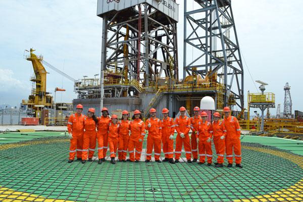 Ocyan leva estagiários para visita em navio sonda na Baía de Guanabara